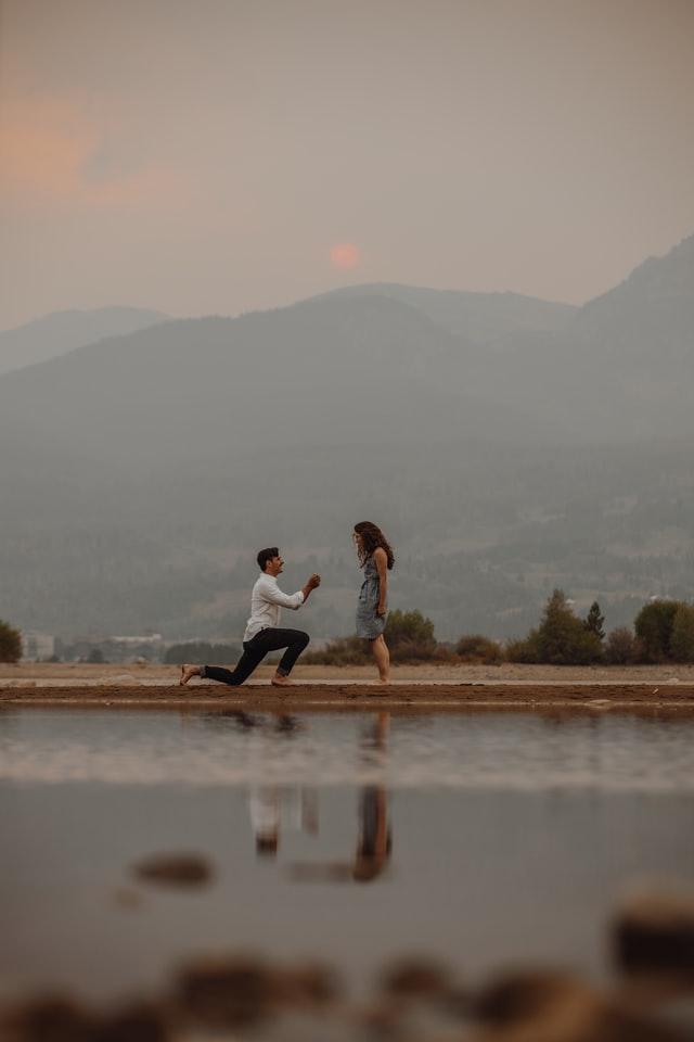 Aanzoek met een verlovingsring